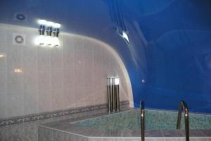 Натяжной потолок арочный - полотно от пола до стены напротив (синее с белым)