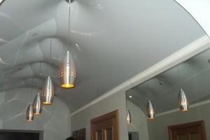Арочный натяжной потолок белого цвета