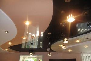 Кривошовный натяжной потолок - волны коричнего, белого и бежевого цвета