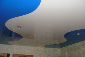 """Кривошовный натяжной потолок """"Белая волна"""" на синем фоне"""