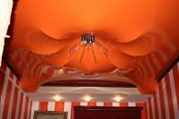 Парящий натяжной потолок оранжевый