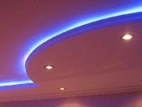 Натяжной потолок с подсветкой красный