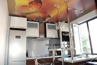 Натяжные потолки на кухне_16